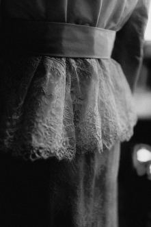 Spitzenschößchen Detail Gürtel Trenchcoat Braut