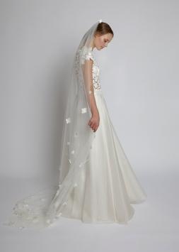 Brautkleid Silene mit Blütenschleier Primula